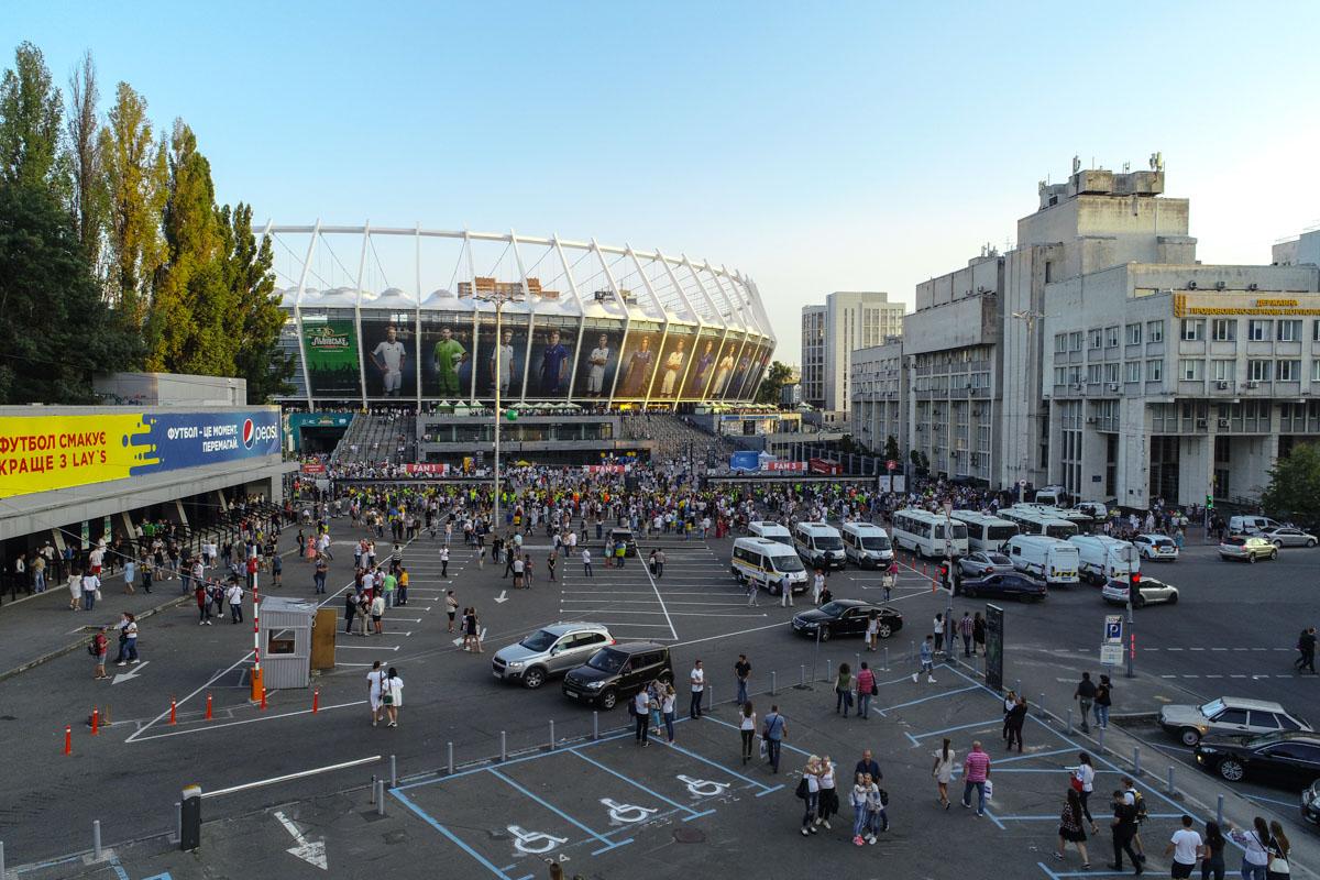 Тысячи людей окружили Олимпийский