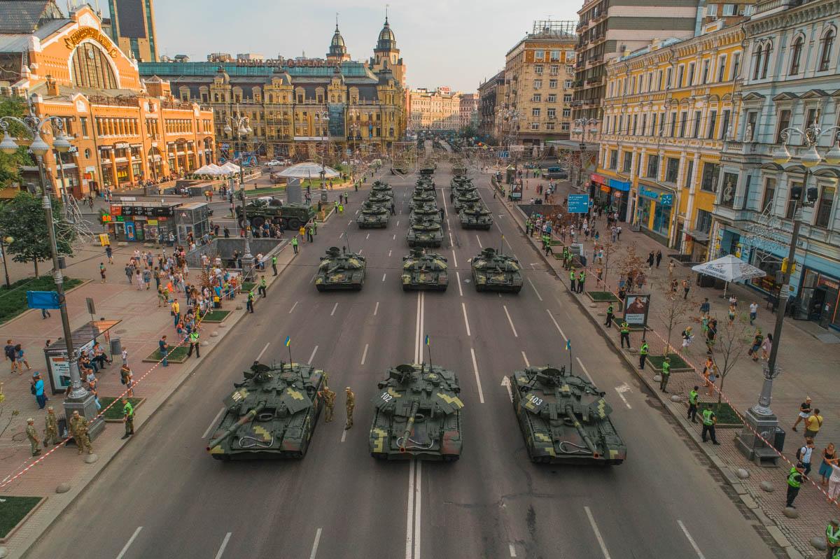 Колонна военной техники прошла по Крещатику