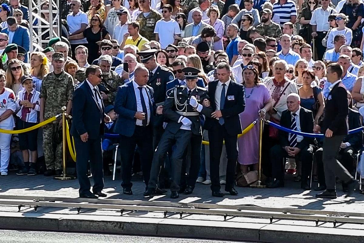 Инцидент случился во время торжественной речи Порошенко