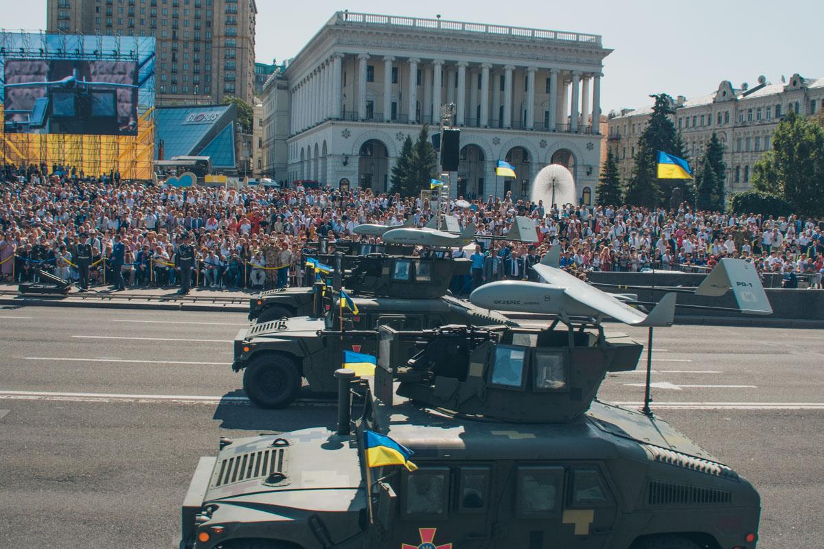 Хаммеры на параде в честь Дня независимости. Наверху украинские беспилотники