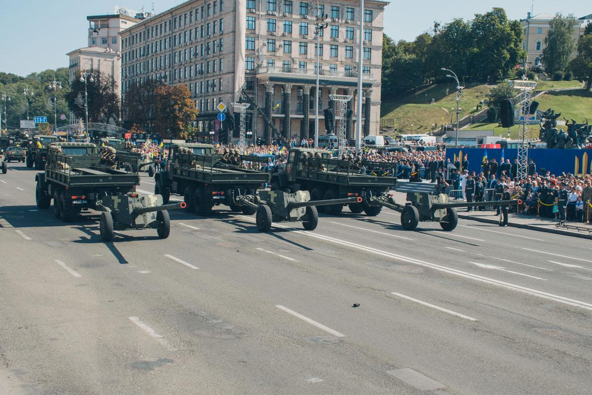 Грузовые автомобили везли солдат и тянули за собой пушки