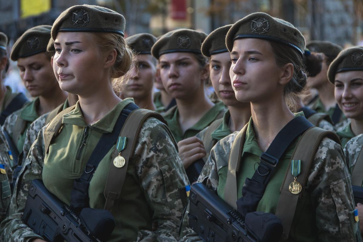 Девушки-военные сосредоточены на задании