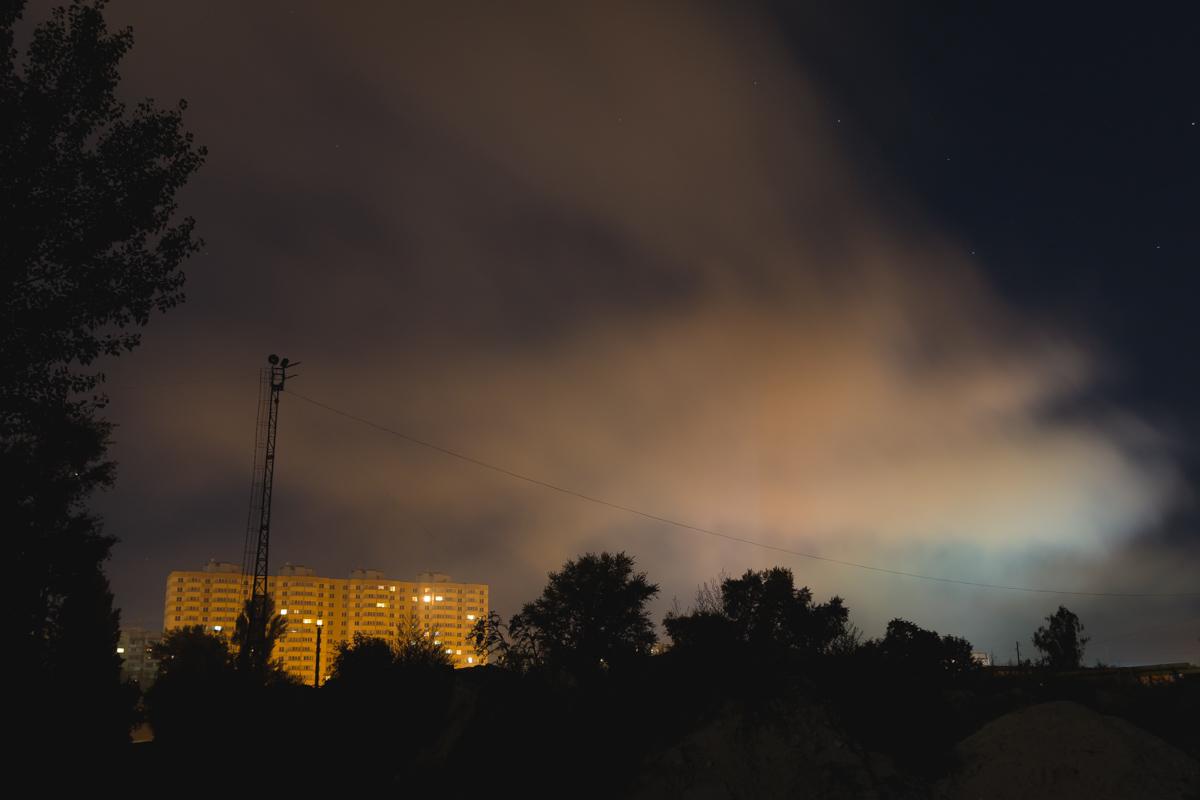 Ветер окутал дымом жилие дома города