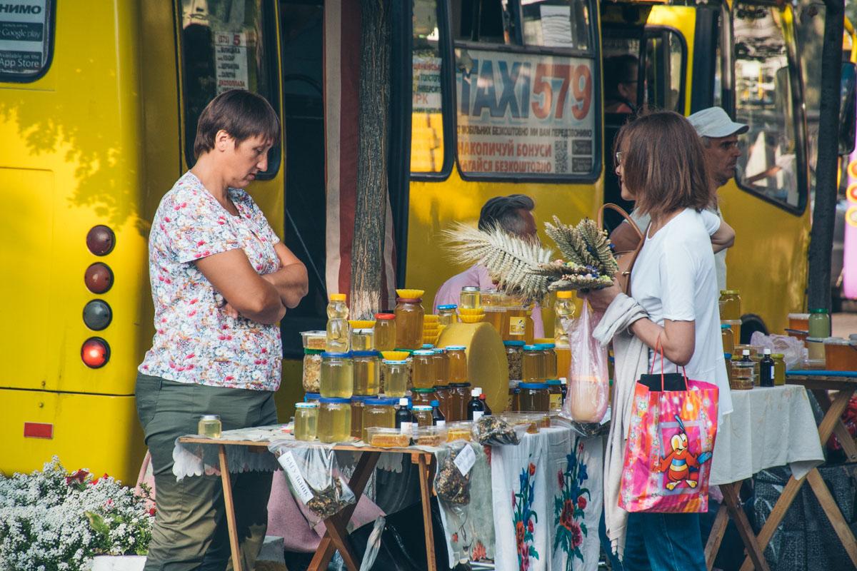Также у храмов стоят пчеловоды и торговцы медом