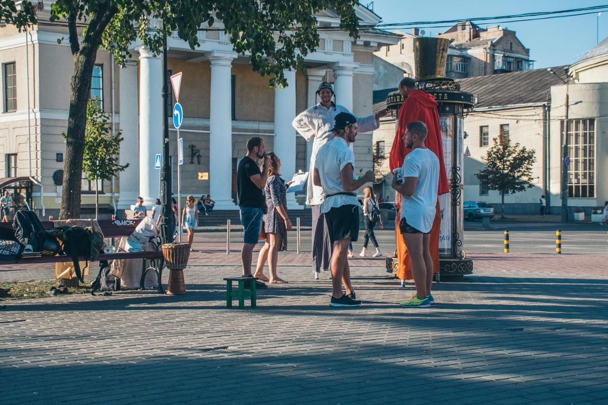 11 августа в Киеве на Контрактовой площади возле памятника Григорию Сковороде прошел флешмоб Люди с табуретками