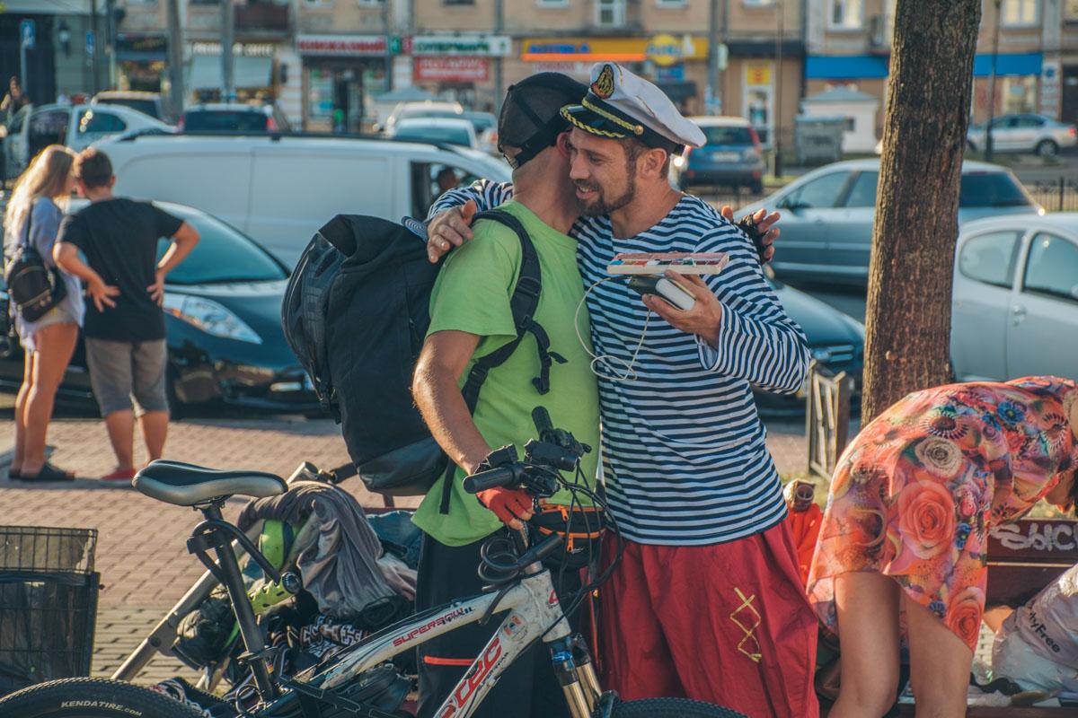 Он посвящен фильму Леонида Кантера о путешествиях с табуретом вокруг света