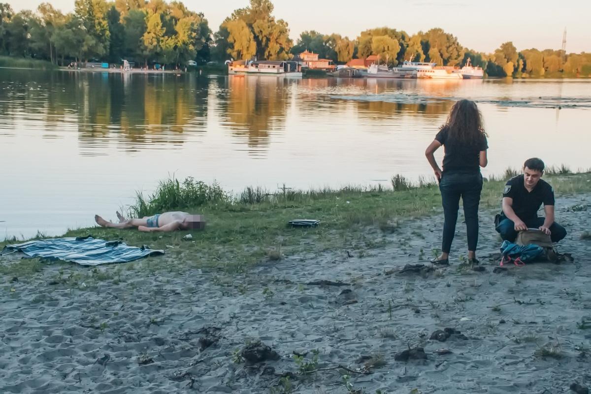 9 августа в Киеве из залива Галерный водолазы вытащили труп мужчины