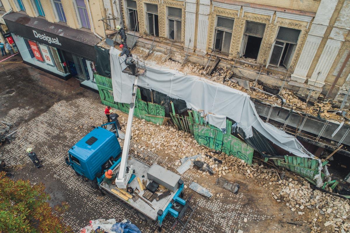 Со здания по адресу улица Крещатик, 40/1 сорвало баннер, которым остатки дома прикрывали после масштабного пожара в 2017 году