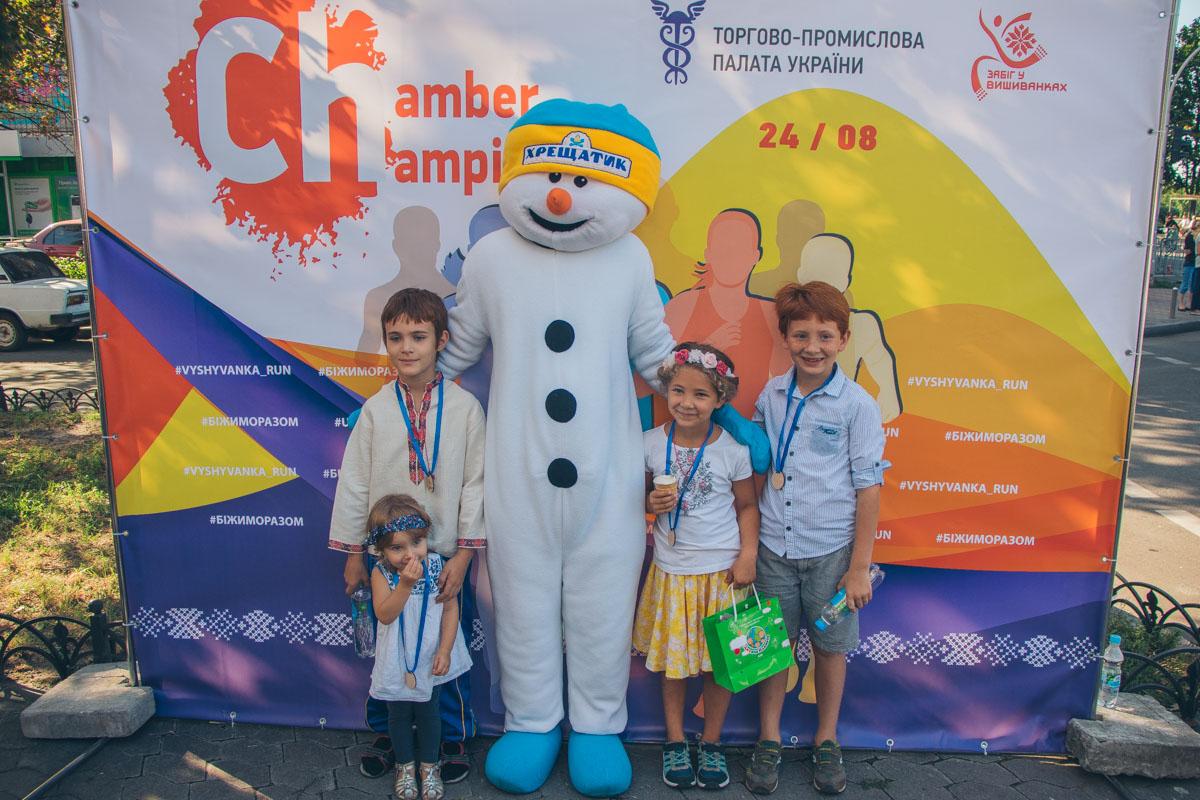 Детей награждали сладостями и деревянными медалями