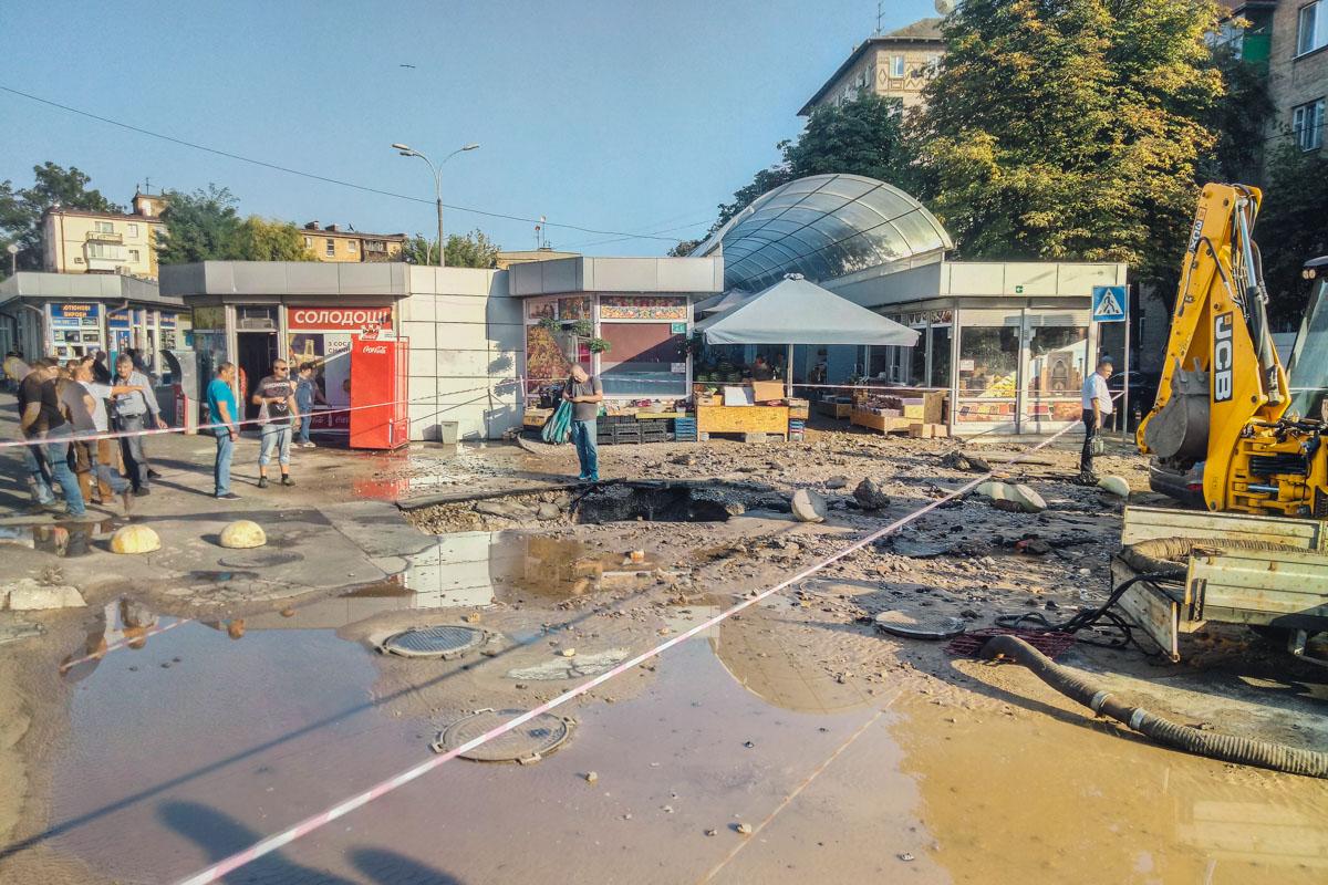 Возле Печерского рынка прорвало теплотрассу