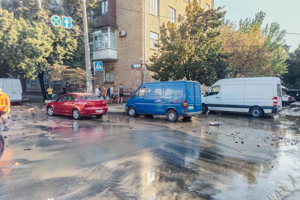 В результате случившегося получил повреждения припаркованный автомобиль