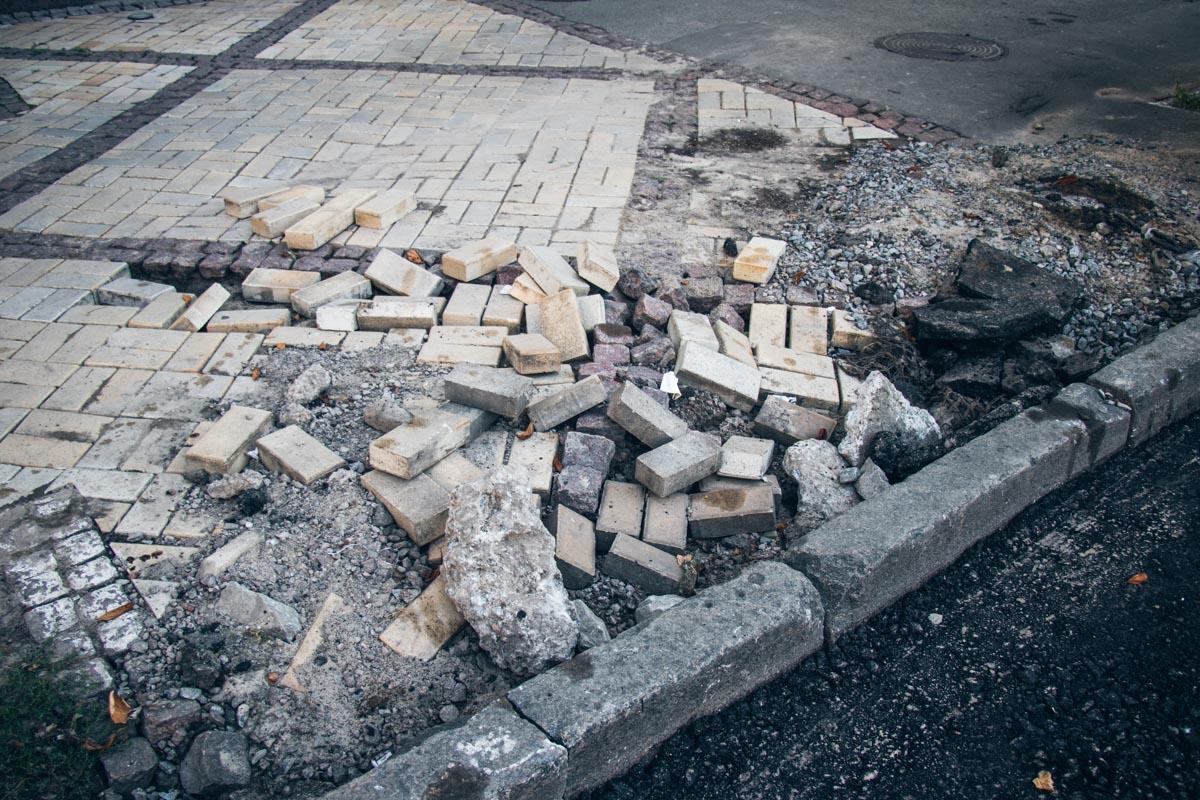 Также в некоторых местах еще не успели уложить дорожку в пешеходной зоне на тротуаре