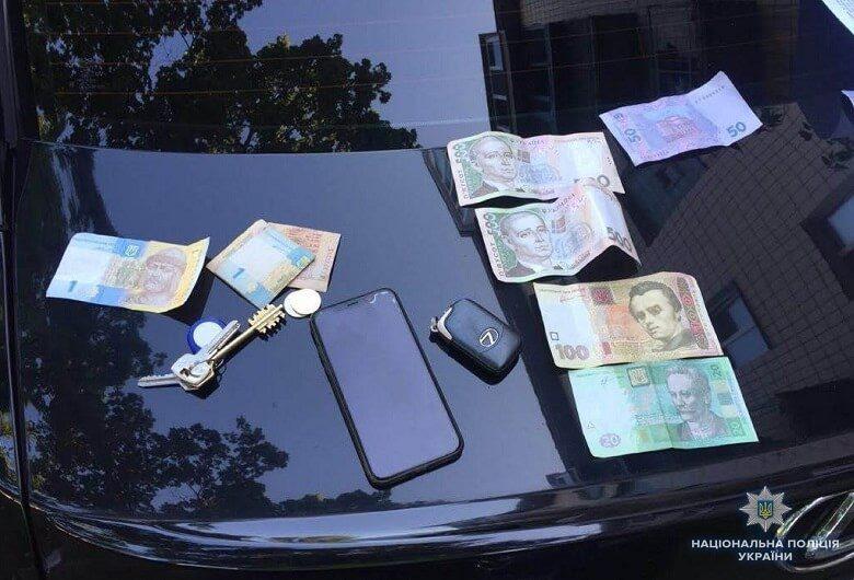 """Из публичного дома правоохранители изъяли деньги, мобильные телефоны, кредитные карты и журналы с номерами """"клиентов"""""""