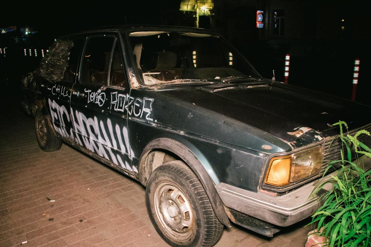 Автомобиль обрисован с баллончика