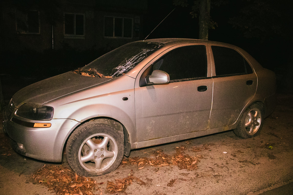 У автомобиля спущены все колеса