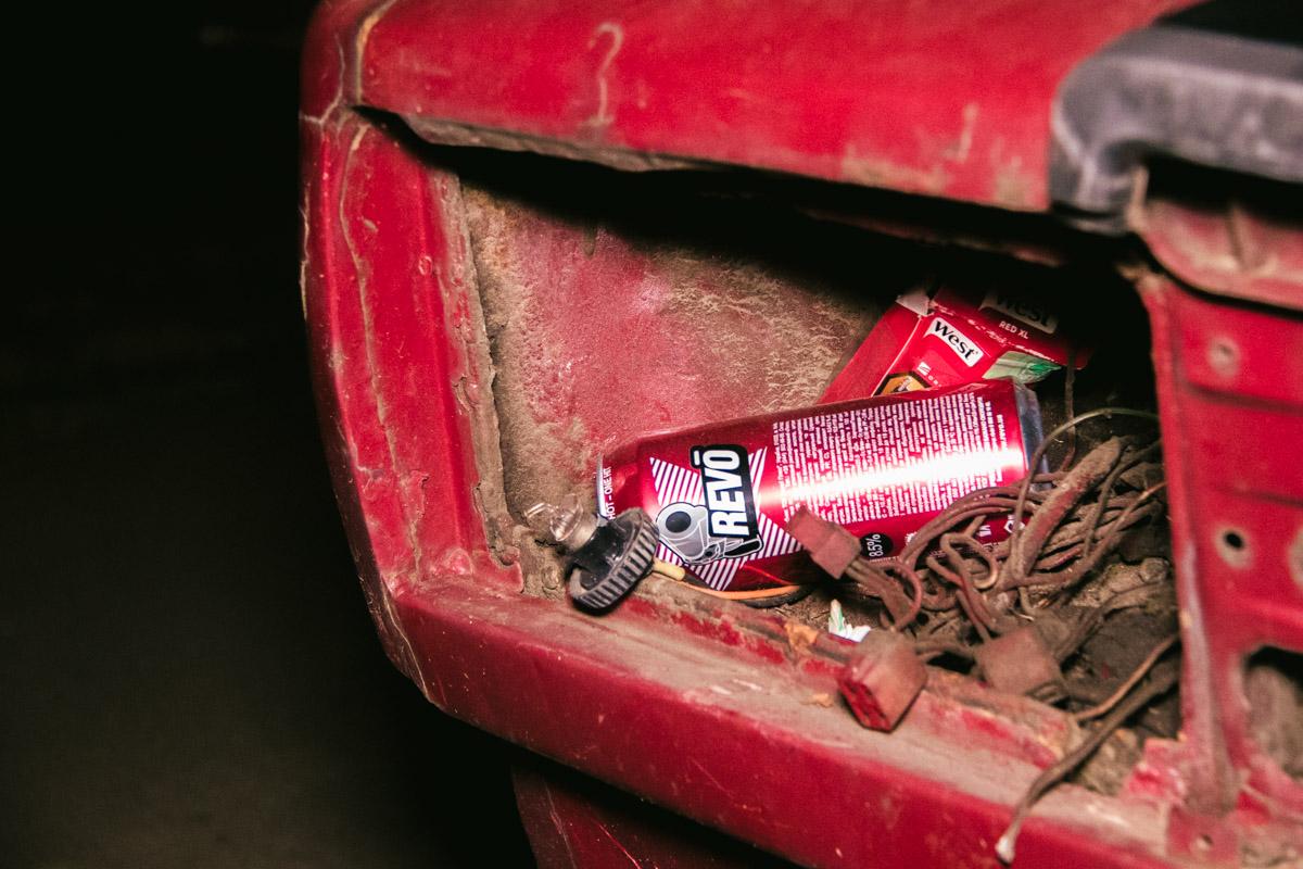 Местные любители спиртного выбрасывают мусор прямо в автомобиль