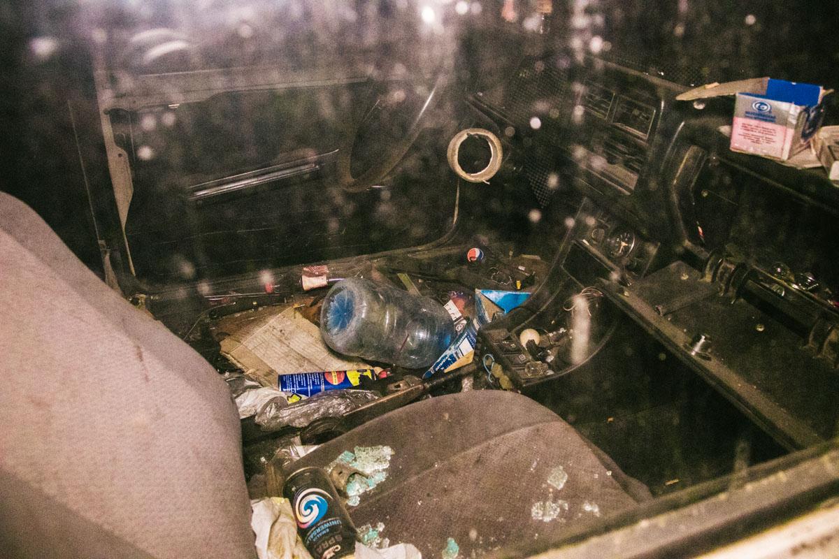 Водительское кресло отсутствует, а в салоне бардак и мусорник