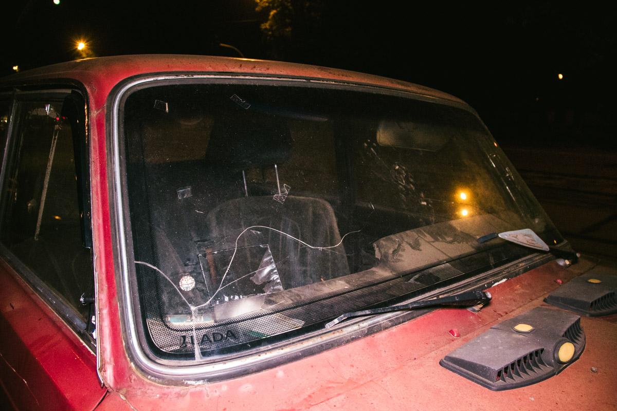 Машина покрыта толстым слоем пыли