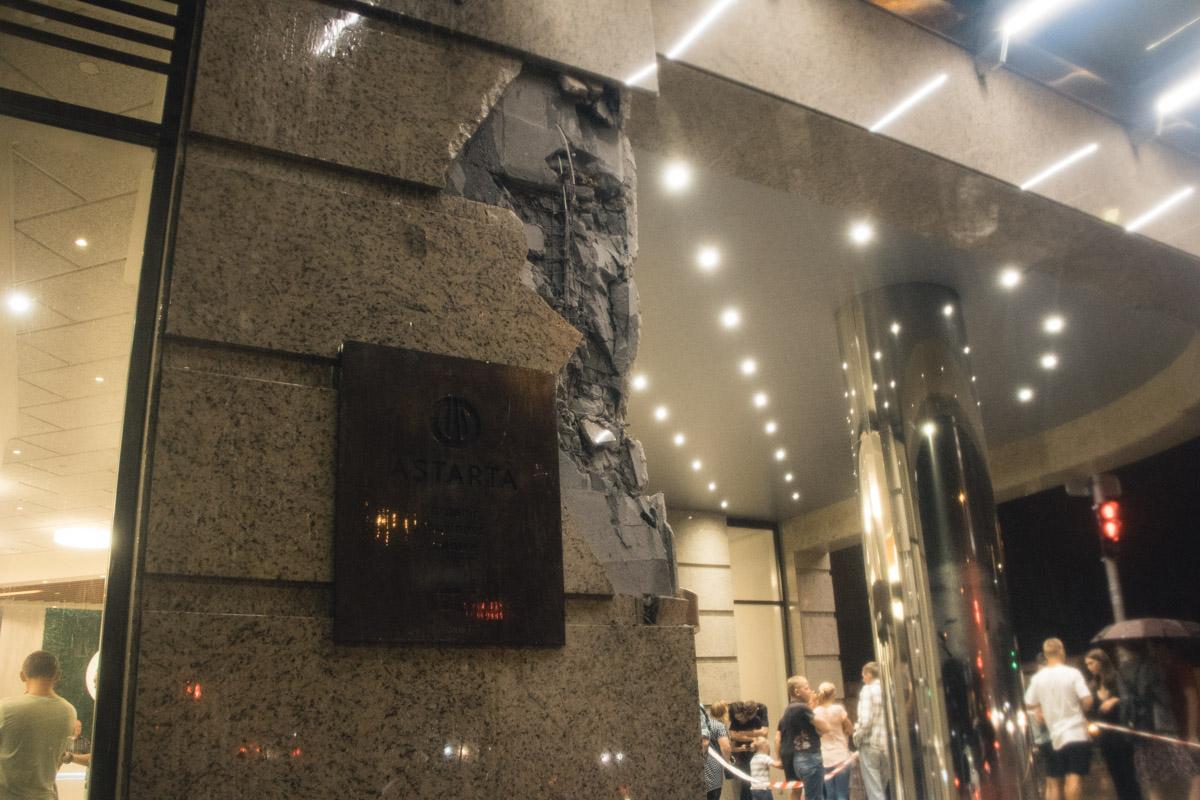 а стене здания остались серьезные повреждения от столкновения с военной техникой