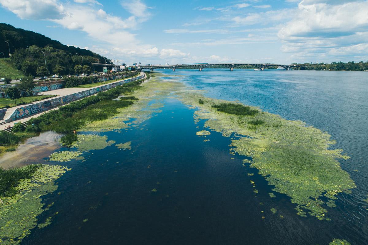 С высоты в Днепре заметны зеленые островки