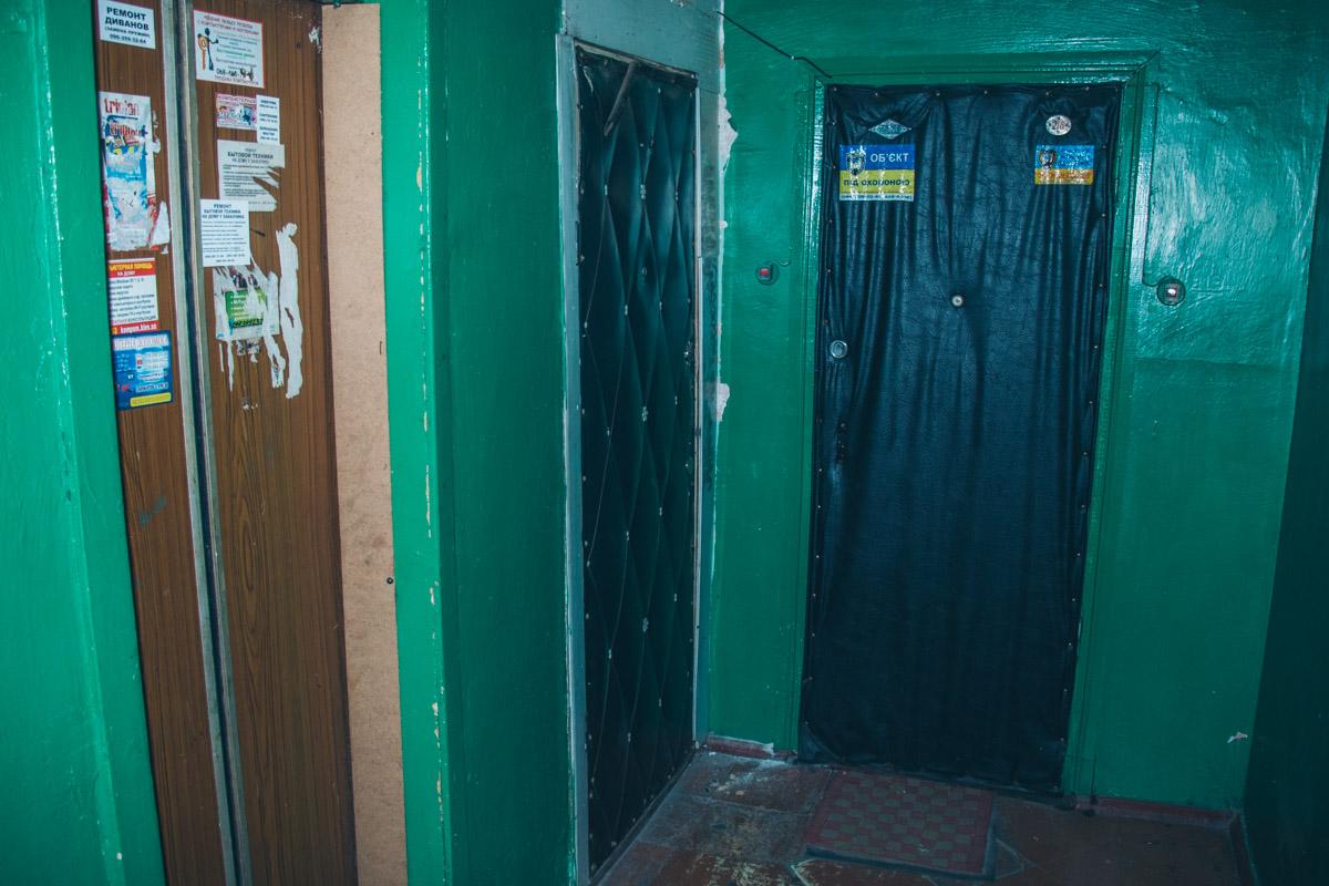 Люди ждут, что коммунальщики наведут порядок на лестничных клетках