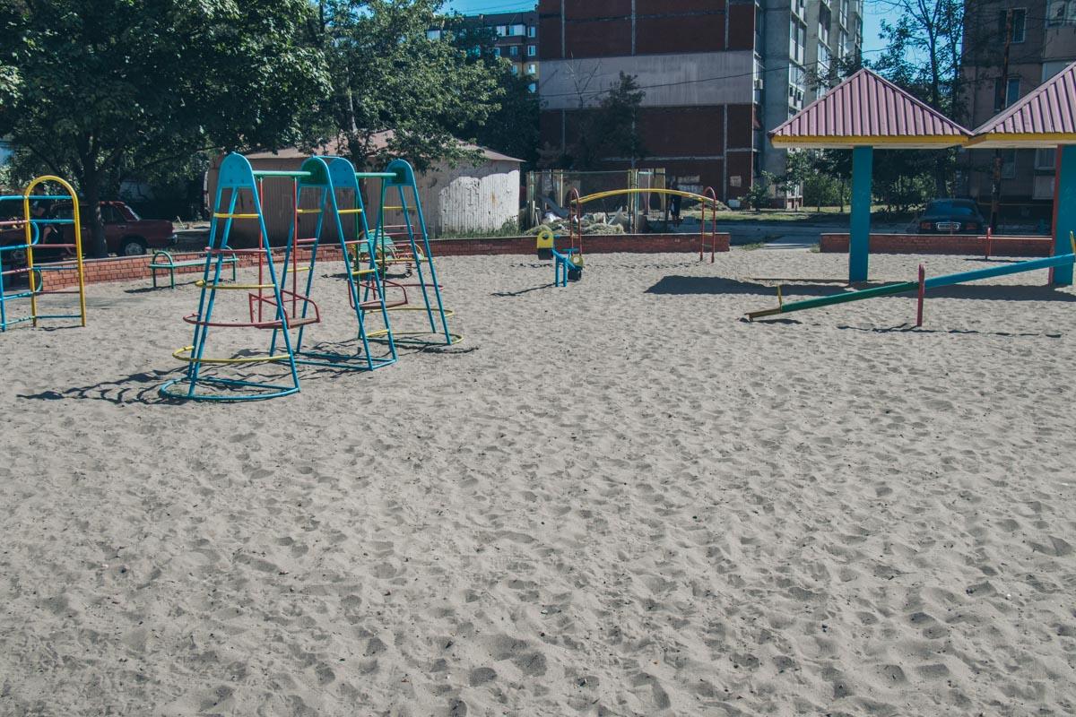 На детской площадке, по словам жильцов, песок грязный