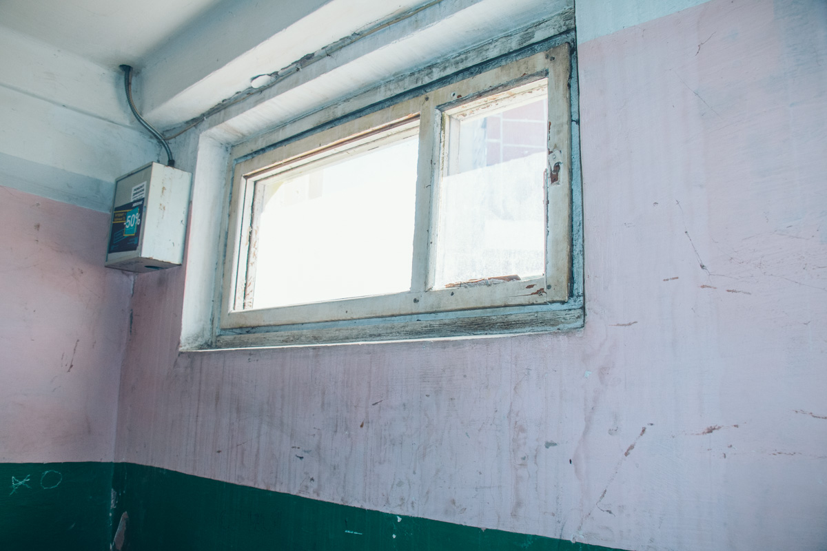 Стены в подъезде дома давно не приводили в порядок