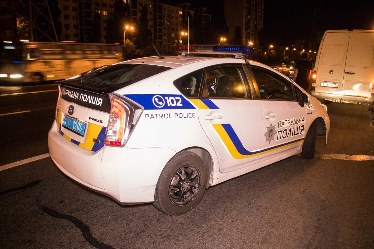 На улице Братиславской микроавтобус Volkswagen сбил двоих пешеходов