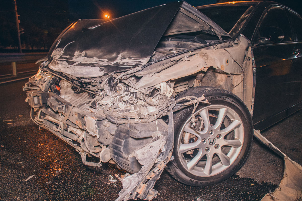 Что Honda ехала очень быстро подтвердили и очевидцы аварии. После столкновения машину занесло в отбойник, в результате чего сильно повредилась передняя часть