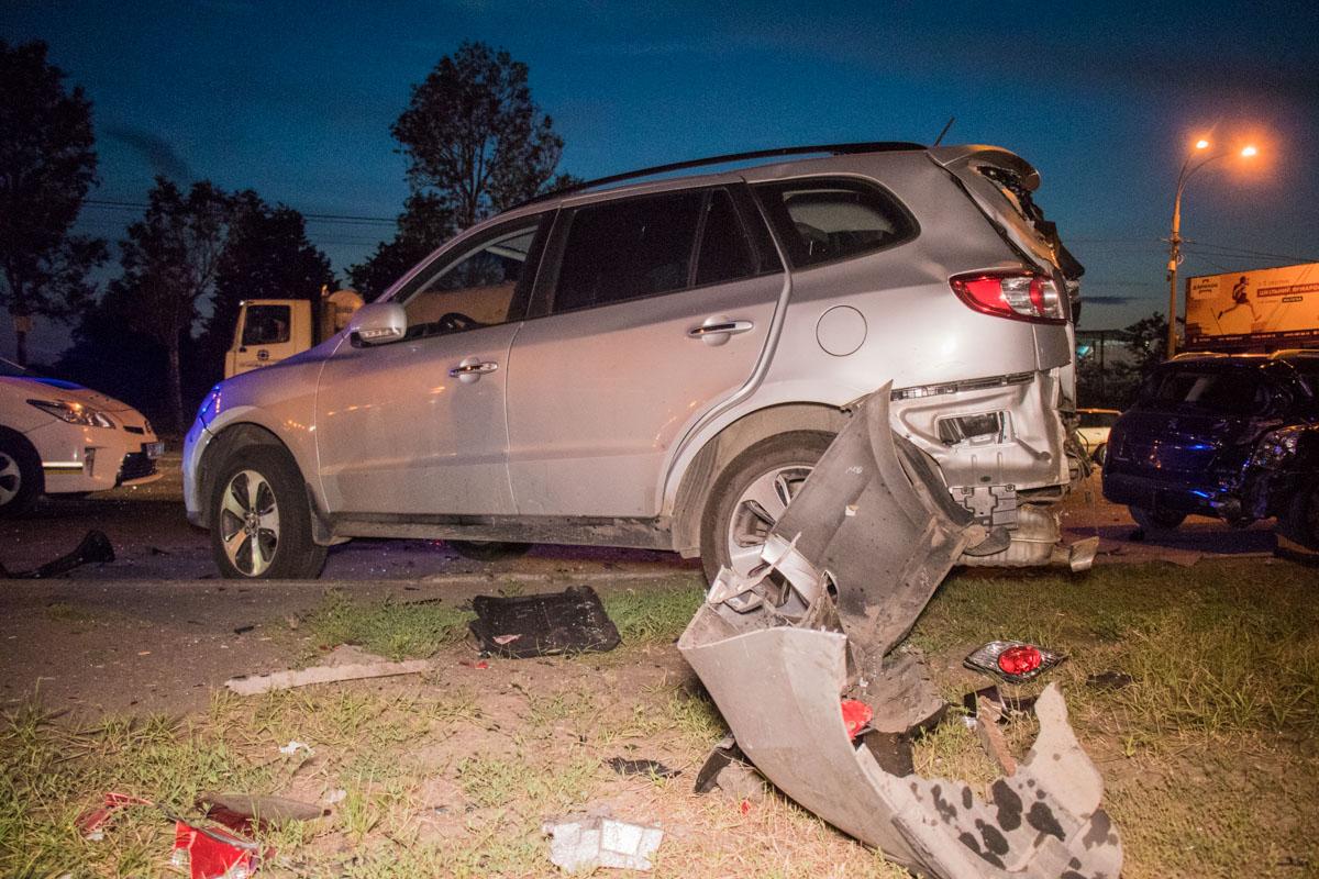 У других двух автомобилей разбита задняя часть - отлетели бамперы, фары, вылетели задние окна
