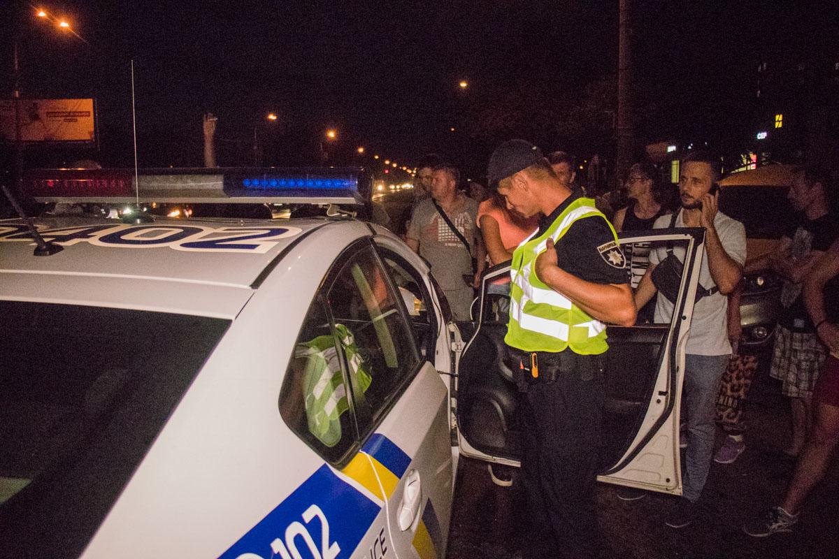 Виновник ДТП попытался скрыться с места, но очевидцы словили его, а полицейские посадили молодого человека в автомобиль