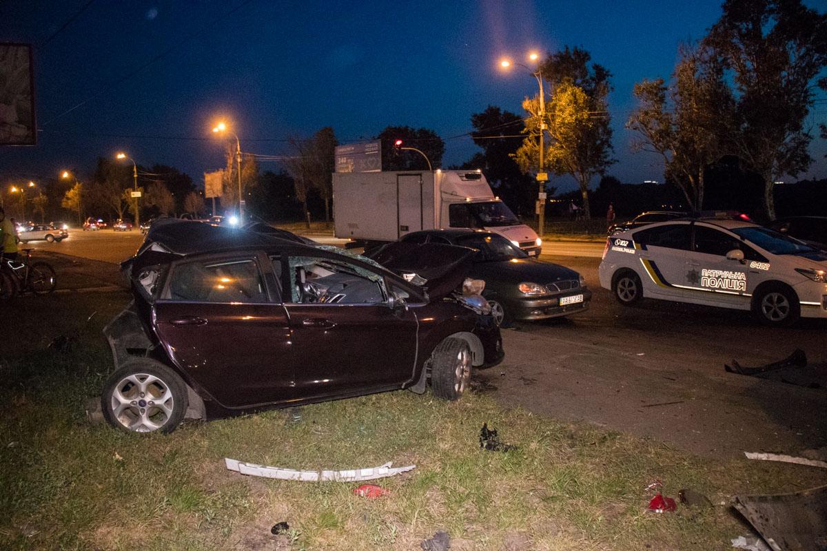 На Днепровской набережной автомобильBMW влетел в три припаркованных машины