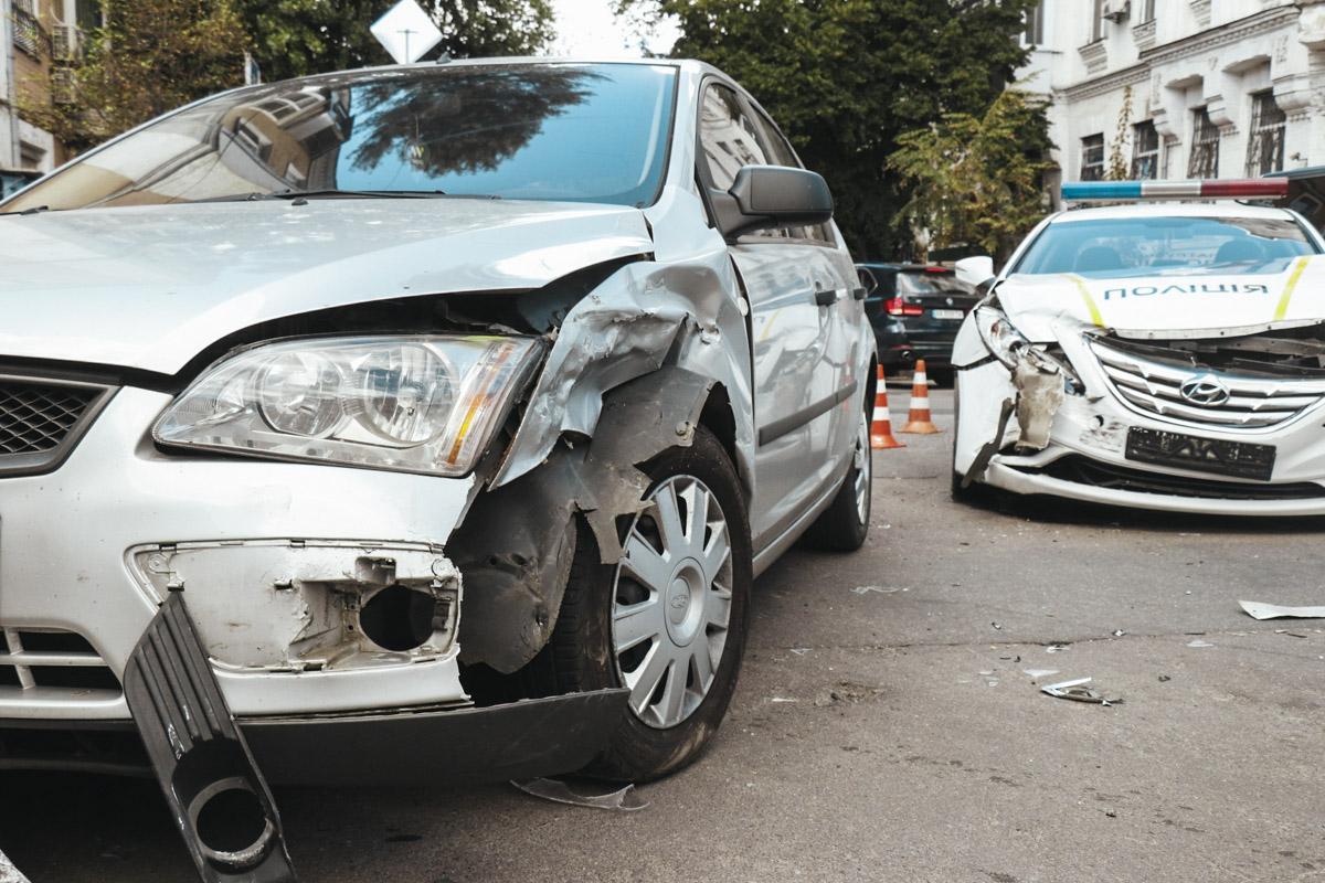 По словам водителя Ford, он ехал по главной дороге - вверх по улице Почайнинской в сторону центра