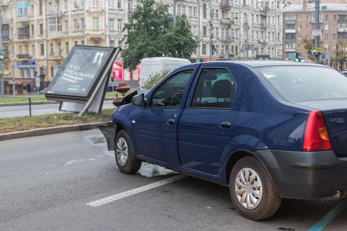 Такси Dacia протаранила ситилайт