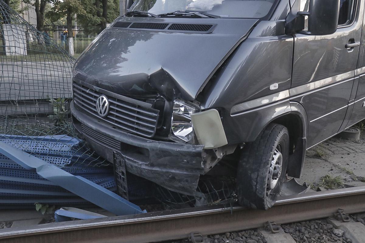 Недалеко от Больницы №6, Volkswagen LT 45 вылетел на трамвайные пути и застрял на отбойнике