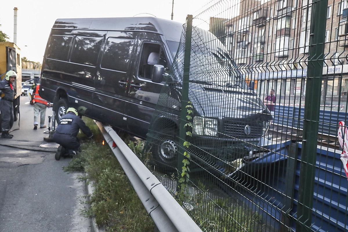 Водитель на большой скорости не справился с управлением, машину занесло и она вылетела с дороги.