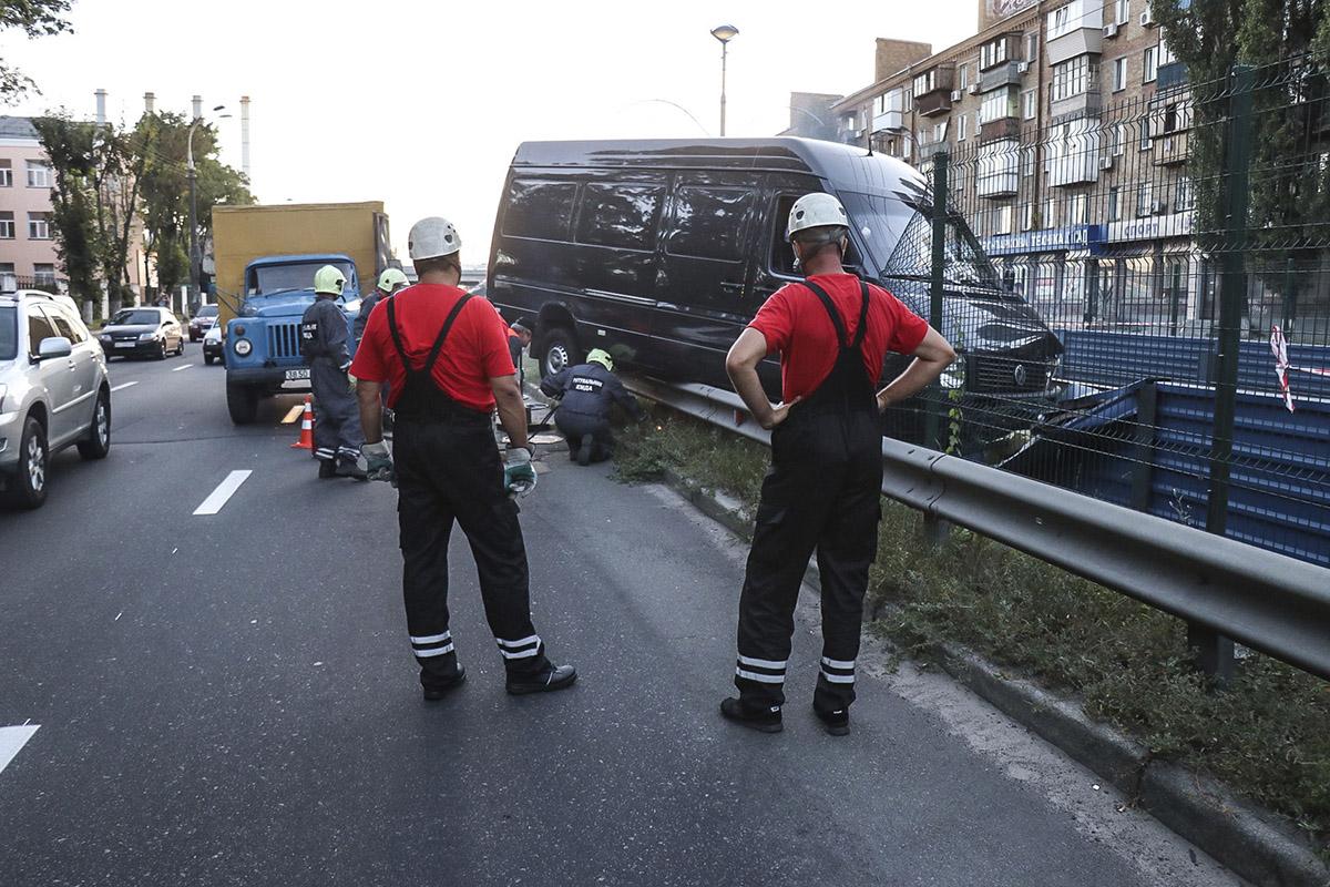 Микроавтобус пробил ограждение линии скоростного трамвая и застрял на отбойнике