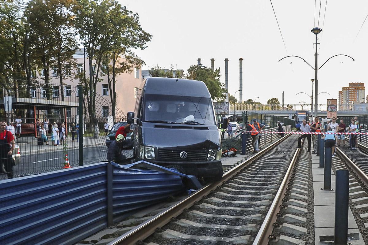 Застрявший на путях автомобильзаблокировал движение скоростных трамваев в обе стороны