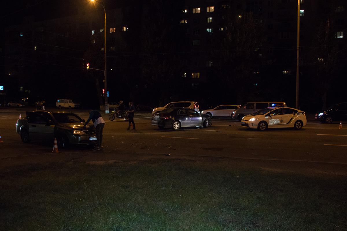На перекрестке улиц Героев Сталинграда и Александра Архипенко столкнулись Chevrolet иSaab