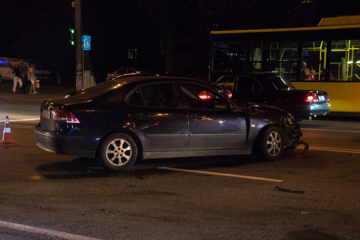Chevrolet ударил Saab, когда тот пытался свернуть в сторону проезда во двор