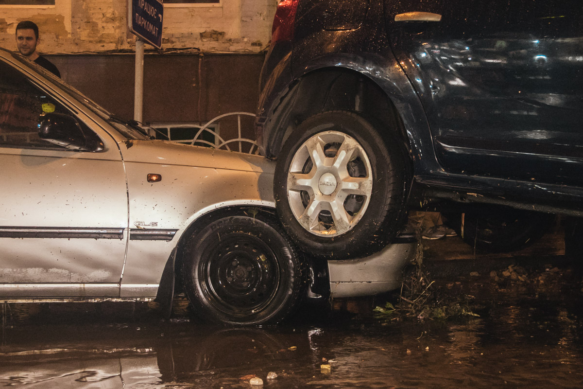 После продолжительной грозы, в Киеве затопило улицу Эспланадную