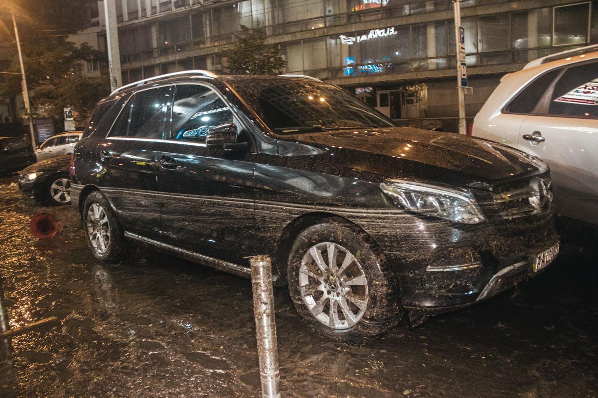 Водители автомобилей расчищали грязь со своих авто и оценивали ущерб, который нанесла стихия