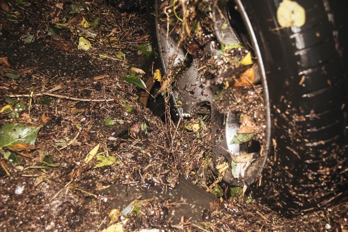 Колесо машины застряло в канализационном колодце без люка