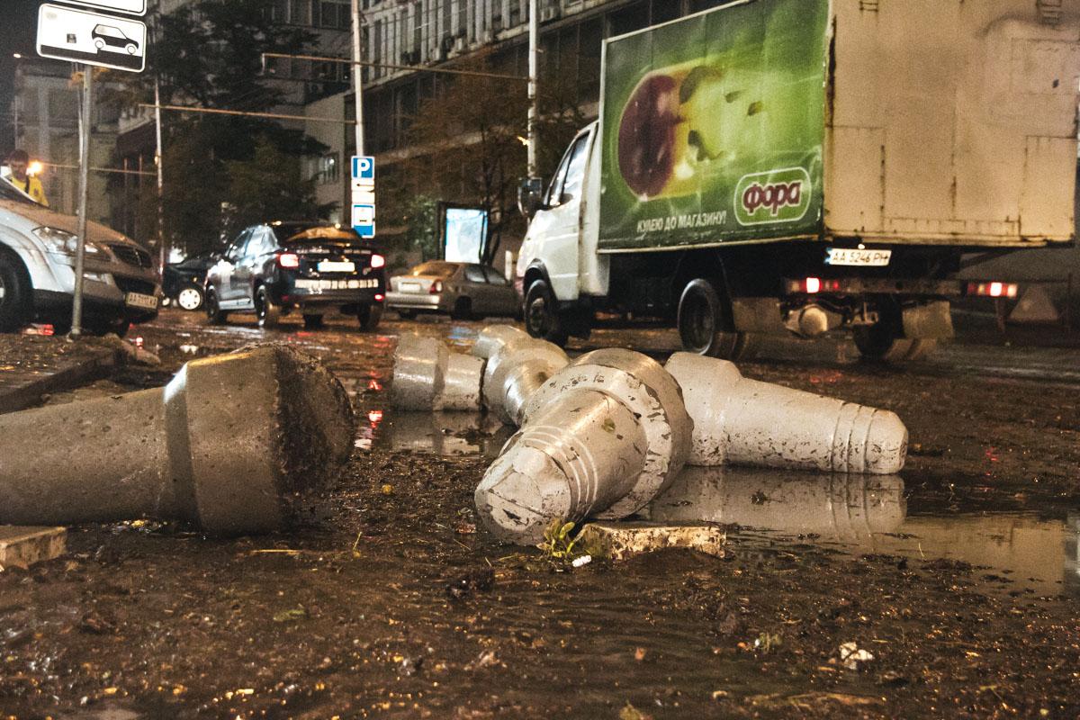 Напор был такой силы, что он вывернул несколько канализационных люков и смыл бетонные заградительные конусы