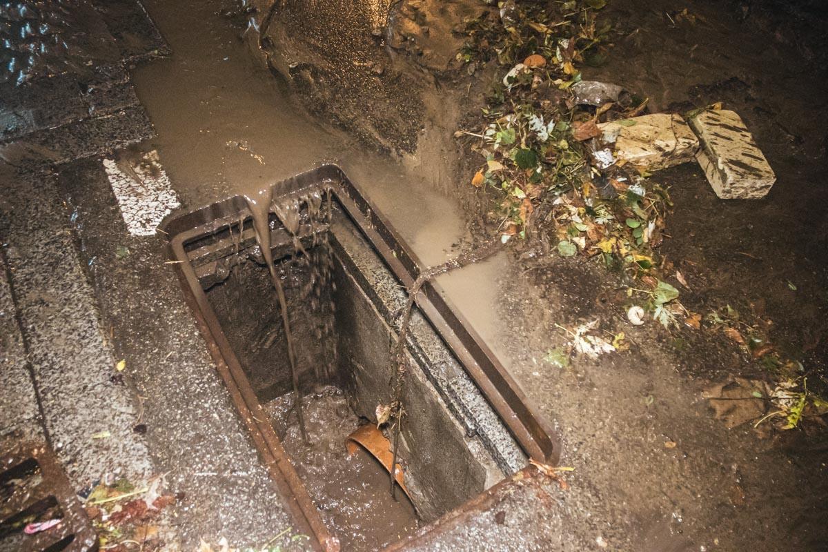 Вода вырвала верхнюю часть ливневки