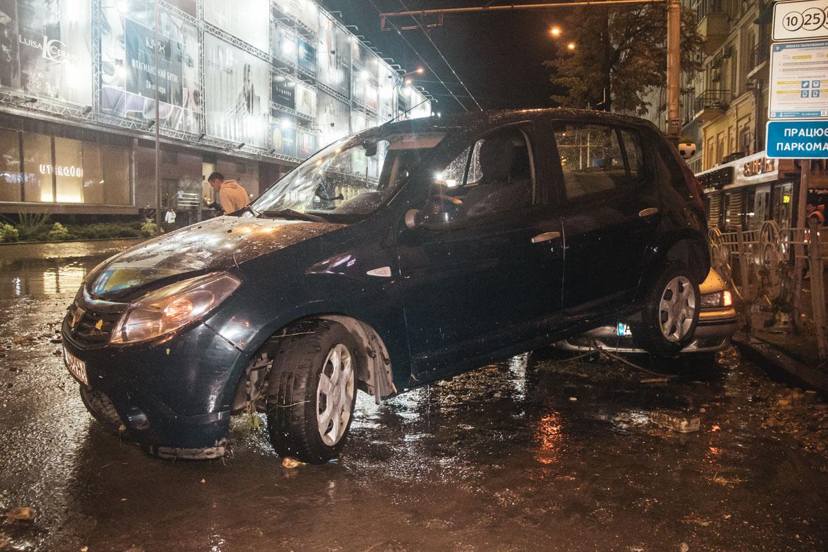 Поток воды был столь сильным, что машины буквально смывало с дороги