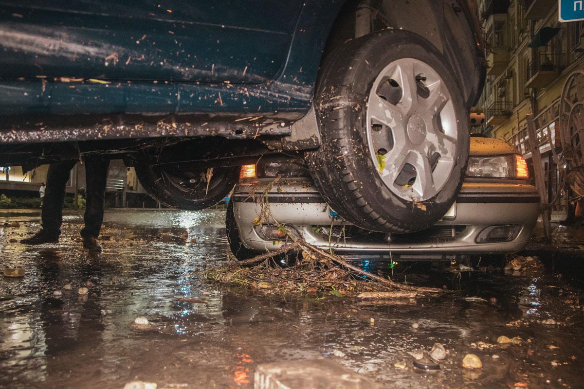 Вода залила и паркинг ТРЦ Gulliver, оттуда эвакуировали весь персонал и автомобили посетителей