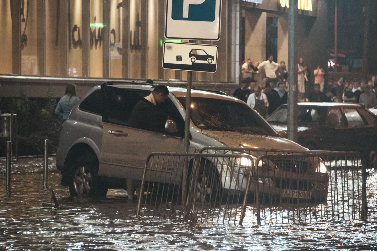 Все ливневки на улице были забиты и не справились с огромным потоком воды