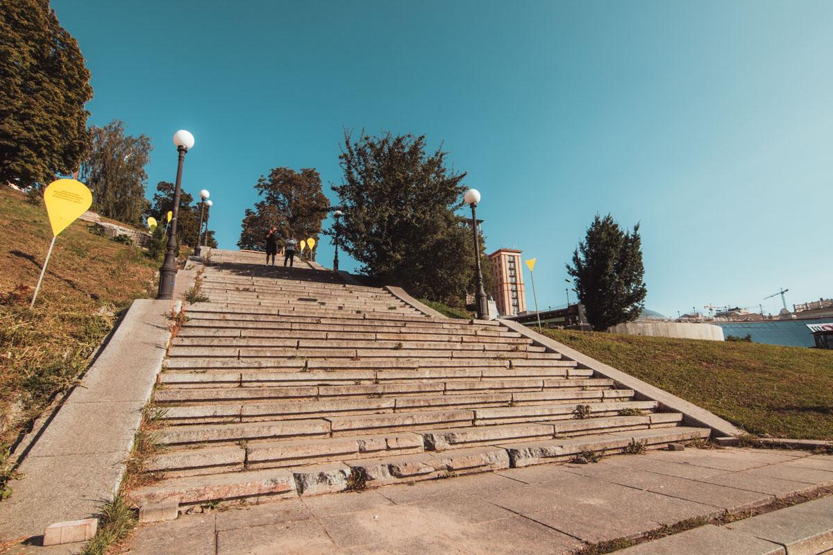 Лестница - не слишком удобно, но на крайний случай тоже сойдет