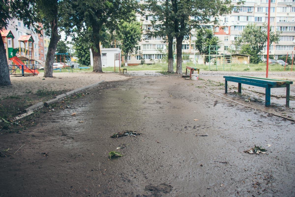 По аллеям теперь невозможно пройти, не провалившись в грязь
